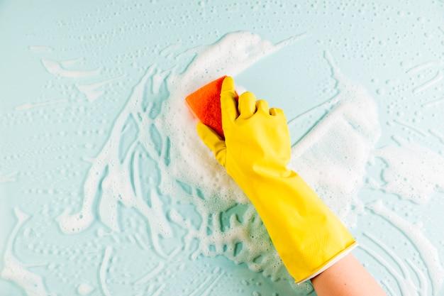 Hände, die fenster putzen