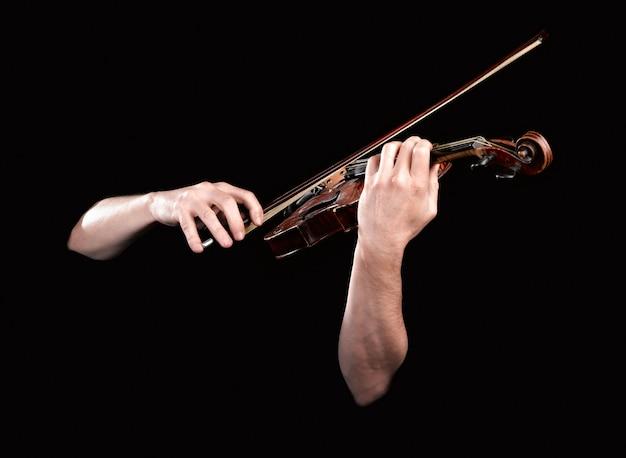 Hände, die hölzerne violine spielen