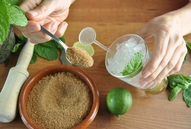 Hände, die mojito-cocktail mit kalken und minze vorbereiten