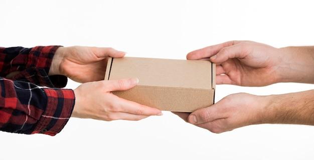 Hände, die pappkarton austauschen