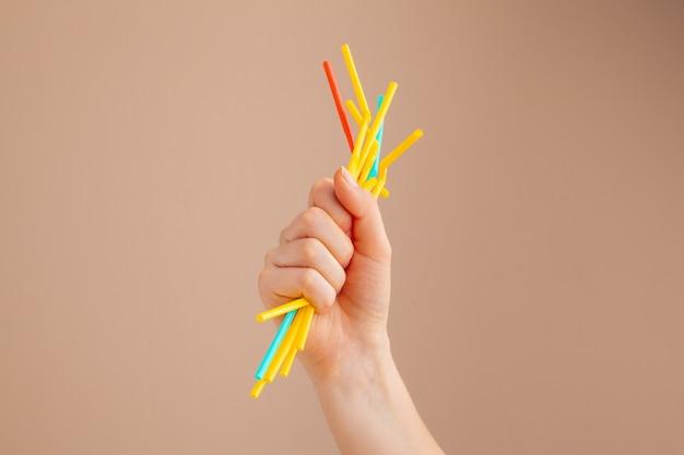 Hände, die plastikmüll, verschmutzung halten und konzept aufbereiten