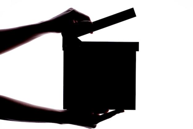 Hände, die scharnierventilbrett- oder -schieferfilmkonzept halten.