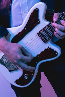 Hände, die schöne e-gitarre spielen
