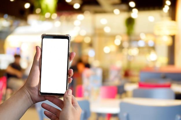 Hände, die smartphone mit leerem schirm halten