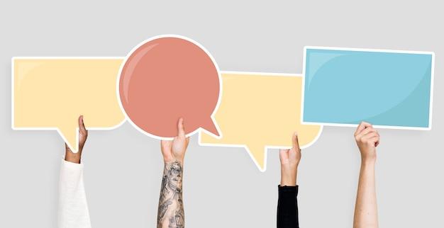 Hände, die spracheblasengraphiken halten