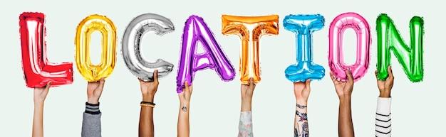 Hände, die standortballonwort zeigen