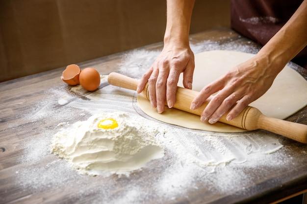 Hände, die teig zubereiten