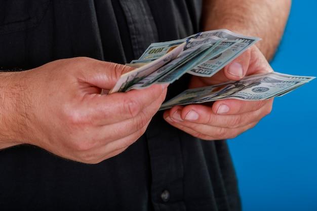 Hände, die uns dollarscheine zählen