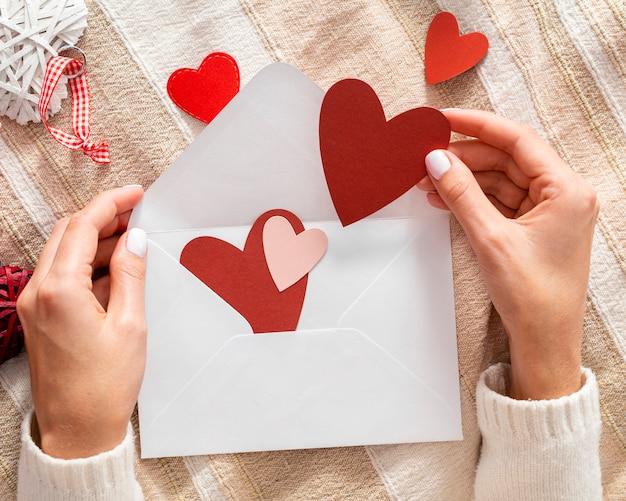 Hände, die valentinsgrußumschlag halten