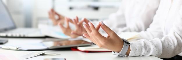 Hände einer geschäftsfrau meditieren