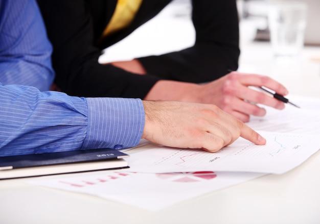 Hände eines geschäftsmannes auf einer tabelle