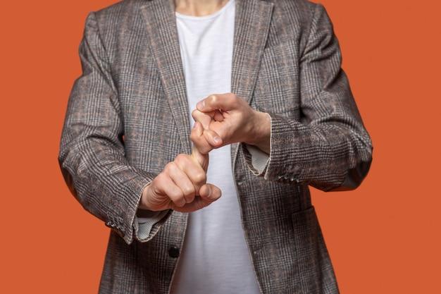 Hände eines mannes, der mit zeichen und gesten spricht