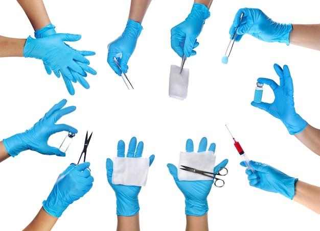 Hände eines mediziners, der blaue latexhandschuhe mit medizinischer ausrüstung trägt.