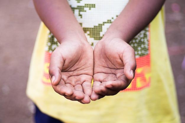 Hände eines obdachlosen kindes, bettelnde palme, bettelnde hand