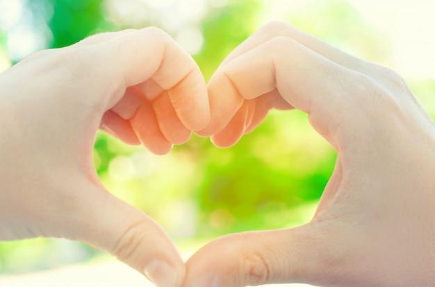 Hände formten herz, liebeskonzept, liebespaar, freund und freundin, romance