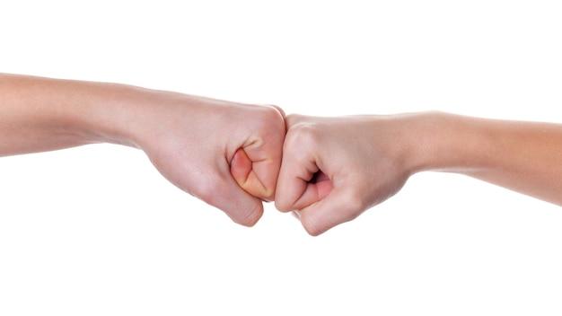 Hände geben eine faustbeule auf weiß. körpersprache.