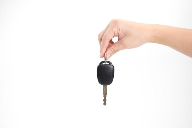 Hände halten autoschlüssel