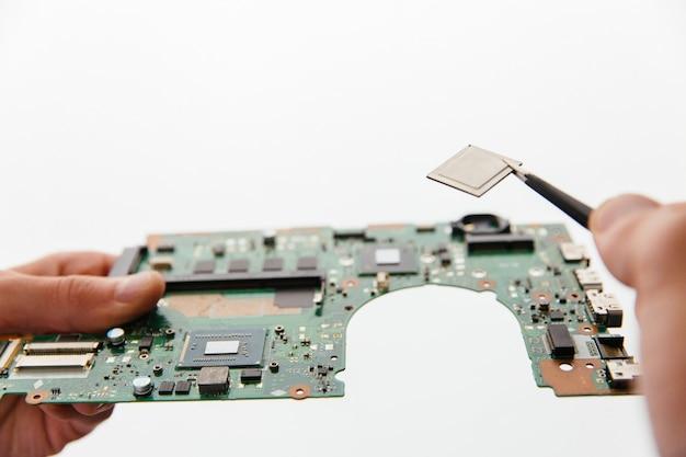 Hände halten cpu und motherboard