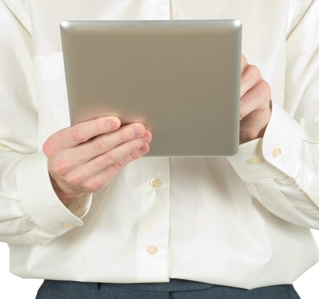 Hände halten den tablet-computer