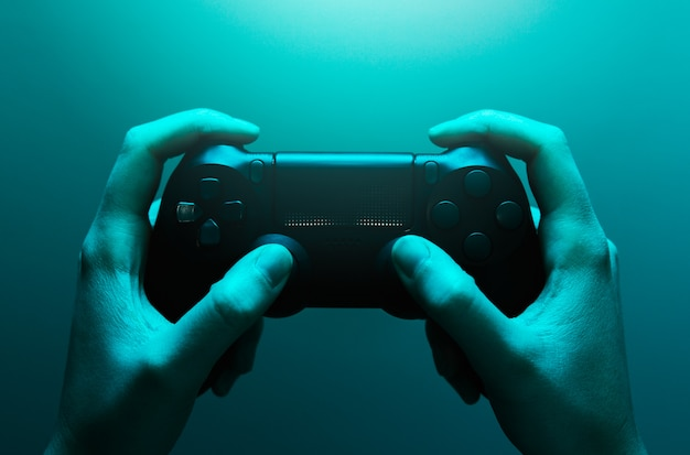 Hände halten ein gamepad