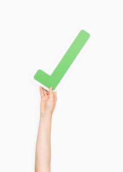 Hände halten ein häkchen-symbol