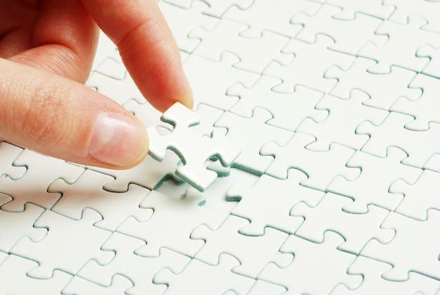 Hände halten ein puzzleteil
