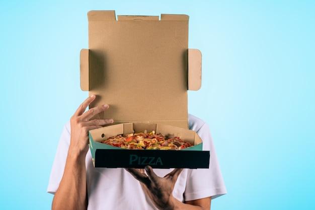 Hände halten eine schachtel mit pizza