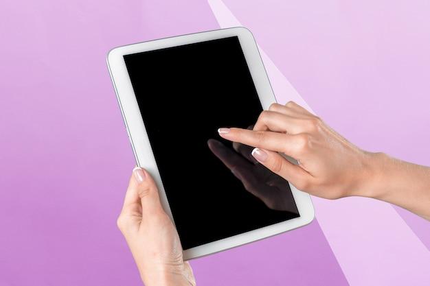 Hände halten eine tablette