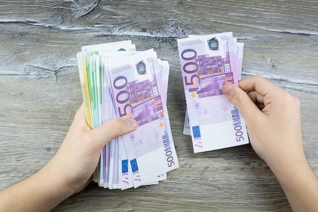Hände halten euro
