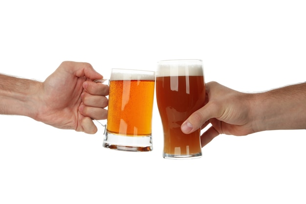 Hände halten glas bier, isoliert auf weiß