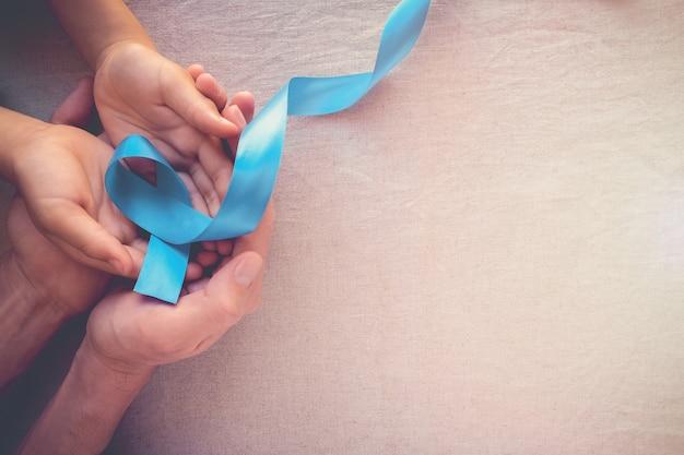 Hände halten hellblau