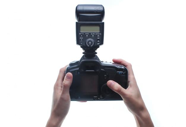 Hände halten kamera mit blitz isoliert.