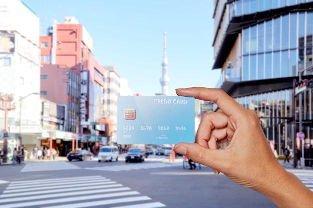 Hände halten kreditkartenstadt