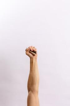 Hände halten müll auf hellem hintergrund
