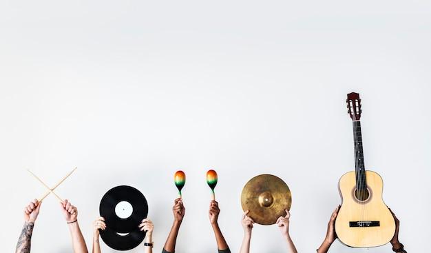 Hände halten musikinstrumente