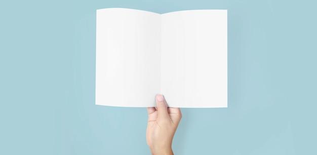Hände halten papier leer für ein briefpapier