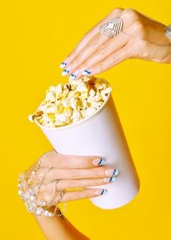 Hände halten popcorn