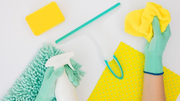 Hände halten reinigungsmittel