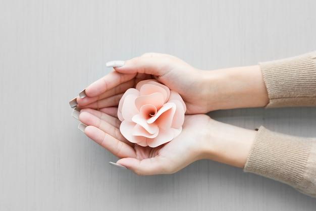 Hände halten schröpfen schreibarbeit pink rose auf grauem hintergrund