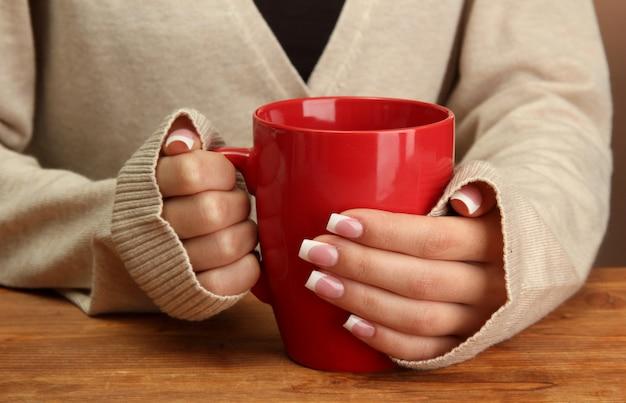 Hände halten tasse heißes getränk, nahaufnahme