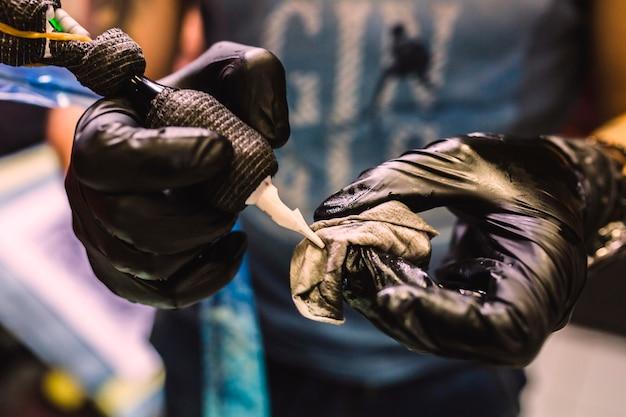 Hände halten tattoo stift