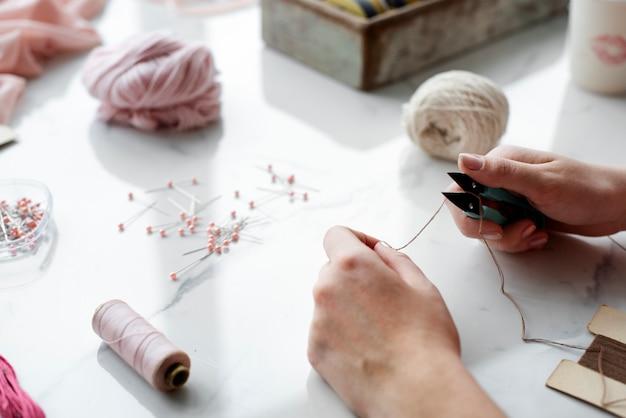 Hände halten tischbesteck schneiden thread