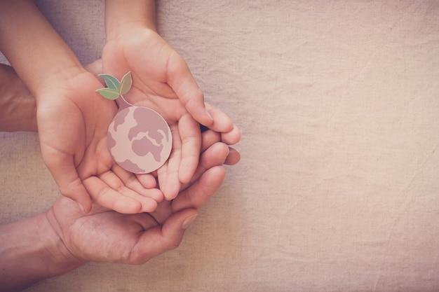 Hände halten wachsenden baum auf der erde, retten planeten, tag der erde, ökologische umwelt, klimanotfallaktion, csr soziale verantwortung, nachhaltiges lebenskonzept