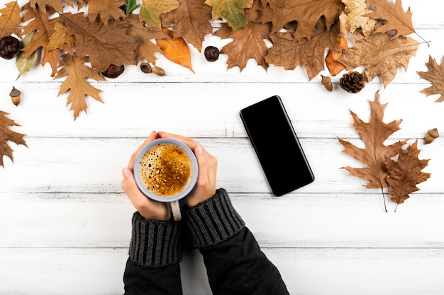 Hände halten warme kaffeetasse