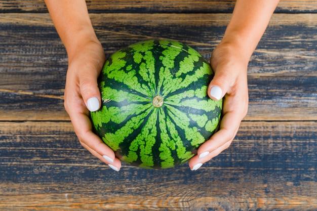 Hände halten wassermelone