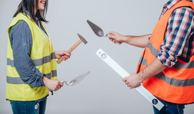 Hände halten werkzeuge für die hausrenovierung. hintergrund