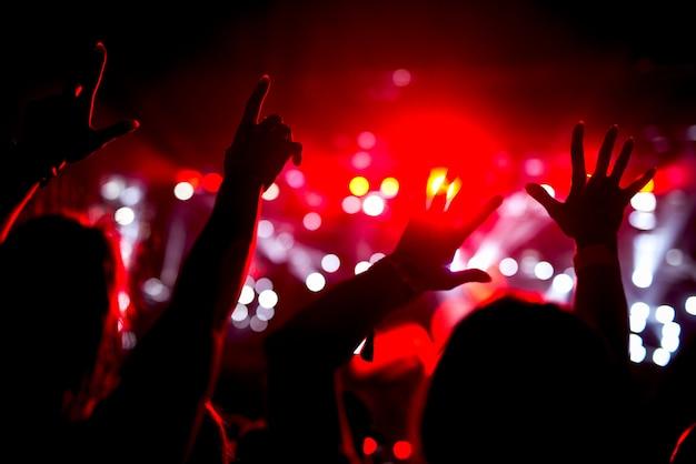 Hände hoch in der luft hoben die arme der menge.