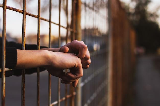 Hände im gefängnis