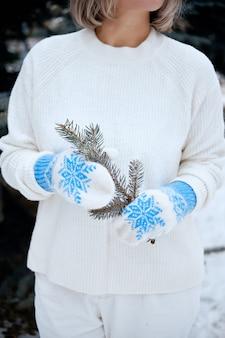 Hände in gestrickten handschuhen. winterlebensstil. tragen sie stilvolle warme kleidung. frau in warmen kleidern