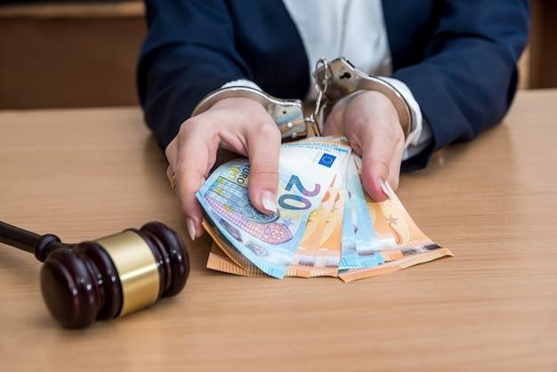 Hände in handschellen wegen bestechung mit euro-scheinen verhaftet